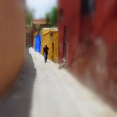 alley walk (msdonnalee) Tags: mexico alley alleyway mexique mexiko messico callejon narrowalley photosfromsanmigueldeallende fotosdesanmigueldeallende