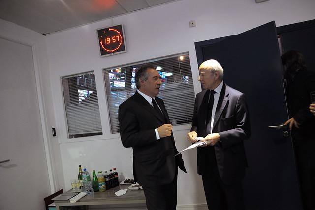 François Bayrou et Olivier Mazerolle discutent pendant une pause publiciataire dans les loges