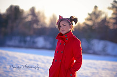 28/52 : The girl in the red coat (Preappy) Tags: winter red snow nikon goldenlight 52weeksproject preappy