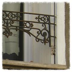 dentelles de fil et dentelles de fer - dtail (Claudie K) Tags: fentre balustrade cerbre rideaux volet dtails gardecorps ferronerie