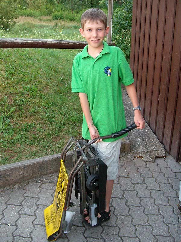 Junge mit Rodelwagen an der Sommerrodelbahn in Pleinfeld