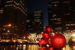Everything is big in Manhattan: the buildings, the price for a hotdog from a vendor, and they even got big balls. (Hazboy) Tags: christmas new york city nyc red usa holiday ny apple america weihnachten festive navidad grande us big rojo december state balls nol natale kerstmis vnoce  karcsonyi hazboy hazboy1
