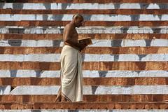 (moksimil) Tags: orange notnaked india man rot buch lesen reading glasses book stair treppe varanasi mann brille indien ganga ganges stufen weis moksimil ganzundgarnichtnackt