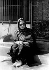 Isabelle - Tamil Nadu - Inde du Sud 1995 (JJ_REY) Tags: portrait bw india film isabelle nikonfe tamilnadu inde southindia 50mmf14ais