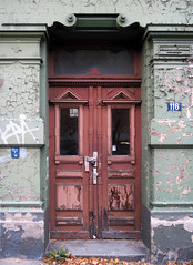 Hamburg (Altona) - Old frontdoor (.patrick.) Tags: door wood house building abandoned decay hamburg haus ornament disused holz gebude tr frontdoor altona verlassen verfall haustr verzierung leerstehend