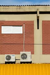 Tpico prdio da UFPA (Juc Costa) Tags: brick window metal brasil facade metallic masonry beam janela sheet viga fachada par faade tijolo chapa airconditioning passarela galvanized arcondicionado telha condenser metlica alvenaria galvanizada condensadora