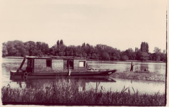 Les Bords de Loire (Sin Taedi) Tags: water analog river boat fisherman minolta loire caffenol bouchemaine