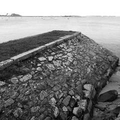 jete ancienne (Jean Christophe Rollet) Tags: sea mer brittany pierre bretagne mole bateau jete finistre sailingboat stpoldelon baiedemorlaix