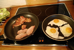 Kevytt vlipalaa (Basse911) Tags: kitchen suomi finland bacon stove friedeggs fryingpans lightsnack mellanml