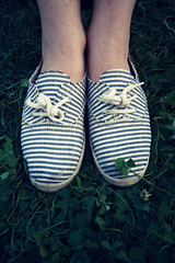 . (Nicol Panzeri) Tags: italy feet grass canon florence shoes italia lawn wideangle erba crossprocessing firenze boboligardens toscana grandangolo prato clovers piedi ankles 1022 scarpe tuscan trifogli caviglie giardinodiboboli canon1022 splittoning canon450d nicopino dreamymoments nicolpanzeri
