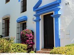 Nmero 28 (camus agp) Tags: espaa ventanas canoneos malaga pueblos guadalmina puertas azules blancoyazul