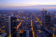 Stadtlichter FFM (ploh1) Tags: skyline hessen frankfurt himmel architektur dmmerung bauwerk lichter innenstadt wolkenkratzer ffm mainhattan abendstimmung stadtansicht beleuchtet hochhuser strasen bamkenmetropole