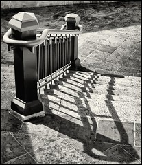 PASAMANOS Y SOMBRA (HANDRAIL AND SHADOW) (Black and White Fine Art) Tags: bw stairs 35mm canon shadows puertorico pb bn sanjuan sombras escaleras canont90 bw400cn baranda pasamanos blackwhitephotos