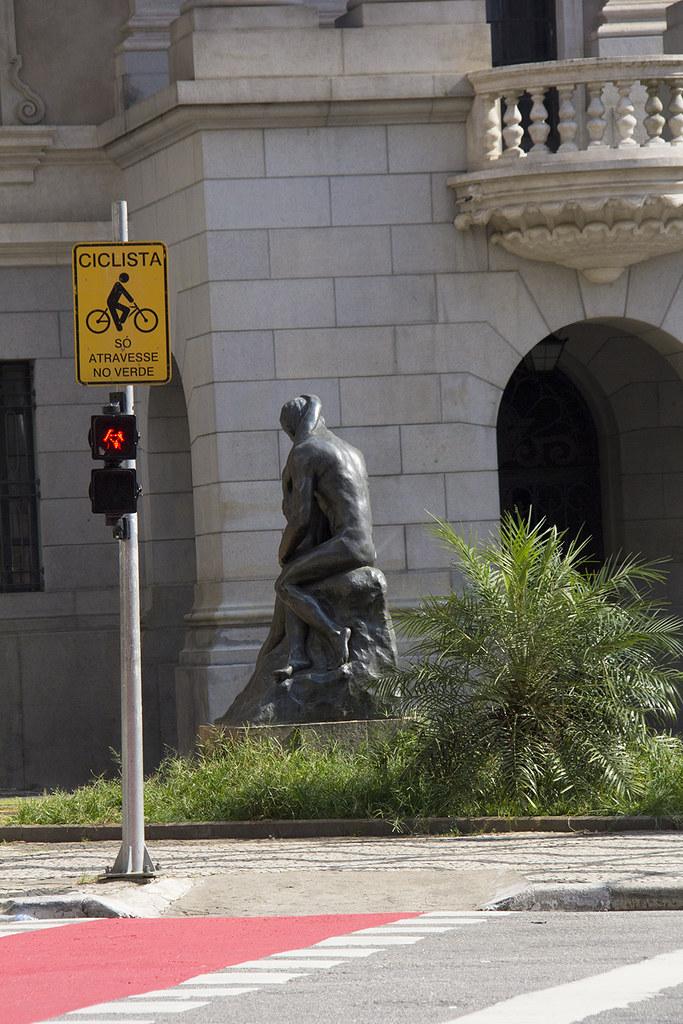 Tour Centro Histórico de São Paulo - Estátua O Beijo em homenagem a Olavo Bilac em frente à Faculdade São Francisco