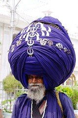 It is said that his headdress is about 400 m. long!!! (roxykon) Tags: india pentax kr punjab amritsar goldentemple