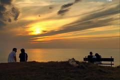 Parejas al atardecer (Josepargil) Tags: atardecer mar banco cielo puestadesol vistas ocaso horizonte crepúsculo parejas sentados marcantábrico josepargil
