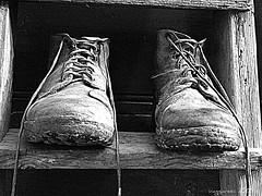 tempi duri (viaggiaresiii) Tags: light bw bn io explore scala terra viaggio salento luce biancoenero scarpe lavoro tradizioni scarponi contadini esplora