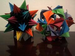 Da esquerda para a direita: Kusudama Sea Urchin e Kusudama Arabesque (Ygor Albuquerque) Tags: sea pluto urchin seaurchin arabesque kusudama kusudamaseaurchin kusudamaarabesque kusudamapluto