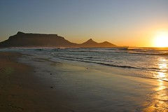 Tramonto sulla Table Mountain dal Woodbridge Island, Milnerton (Stefano Gambassi) Tags: africa sunset sea mountain beach table southafrica tramonto mare capetown spiaggia tablemountain milnerton sudafrica woodbridgeisland cittadelcapo