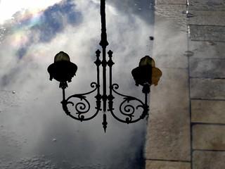 Farola entre agua, nubes y reflejos. / Streetlight between water, clouds and reflections.