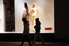 R0011544.JPG (Sigfrid Lundberg) Tags: street people lund mannequin window boys silhouette shop skne mannequins sweden streetphotography clothes sverige windowshopping consumerism fnster zm skyltdocka lindex pojkar klostergatan skyltdockor csonnart1550 konsumism zeiss50mmf15csonnarzm