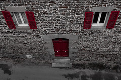 Rouge x3 (Paolo Trabattoni) Tags: red house france home rouge brittany bretagne francia fougres bretagna