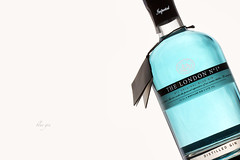 blue gin (erkua) Tags: blue cactus london home studio flash estudio gin softbox v5 nº1 casero diffusor strobist 70x70 yn560