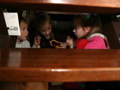 Spelen onder de trap (saskiavr) Tags: playing emma abel spelen dieuwertje