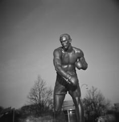 Ingemar (rotabaga) Tags: blackandwhite 120 6x6 statue mediumformat gteborg lomo lomography toycamera diana boxer sverige staty svartvitt mellanformat ingemarjohansson bwfp ingothechamp petelinde