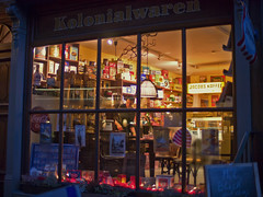 Kolonialwaren (redstarpictures) Tags: light germany deutschland licht store nightshot hamburg laden grocery altstadt oldtown nachtaufnahme hansestadt norddeutschland kolonialwaren geschaeft deichstr