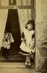 (Le merle tourdi) Tags: girl sepia silver early photo doll photographie child dress little robe xx victorian triste photograph enfant fentre jouet petite edwardian filles tristesse argentique poupe gelatin dbut sicle xxe xxth