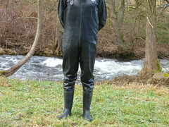 Wathose in Latex mit angearbeiteten Gummistiefeln (lulax40) Tags: fetish latex rubberboots rainwear rubberpants rubberist gummisklave gummimann latexwathose rubberbootslatexbibpants