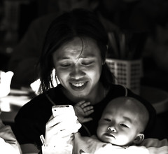Mother, Baby & iphone (ROSS HONG KONG) Tags: street leica bw baby white black hongkong restaurant child market mother kowloon 90mm f28 iphone m9p ngauchiwanvillage