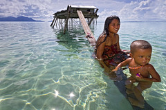 Mother & Child (The Bajau Laut) (spintheday) Tags: sea house kids children mother fishingvillage canonefs1022mmf3545usm badjao bajau seaborne canoneos7d badjaw sibuanisland bangaubangau semborna