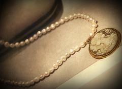 (PH POST) Tags: stilllife photoshop nikon aging perle oro esposizione collana medaglione vignettatura invecchiamento