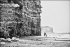 pequeñeces (packer105) Tags: sea bw beach monocromo mar playa bn padres acantilado pequeño mardelplata pequeñez packer105