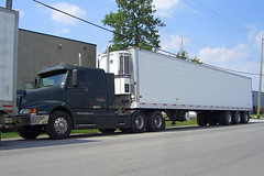 ALD Volvo truck & Trailmobile Thermo King reefer trailer Ottawa, Ontario 08282005 Ian A. McCord (ocrr4204) Tags: ontario canada truck volvo ottawa casio camion parked mccord reefer tractortrailer bigrig thermoking ald qvr51 trailmobile ianmccord ianamccord
