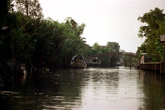 19-372 (ndpa / s. lundeen, archivist) Tags: bridge trees color film water 35mm thailand boats boat canal flora footbridge bangkok nick houseboat canals thai watersedge 1970s 1972 19 barge 1973 plantlife klong dewolf khlong klongs nickdewolf photographbynickdewolf khlongs reel19
