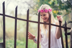 Anna (Pablo Caas) Tags: portrait flores flower gente retrato otoo mirada belleza pelo rubio airelibre verja teladearaa vestidoblanco luznatural vintaje annaaleksandrova ojosazuleswoman