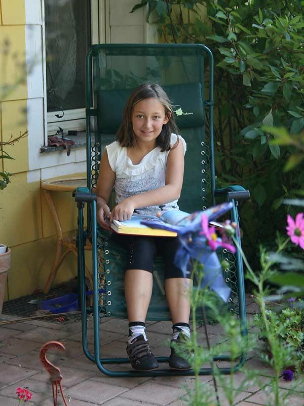 Kirschblütenhof - lesendes Mädchen