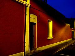 Un (Jean-Luc Lopoldi) Tags: street night rouge evening pavement soir rue nuit faade trottoir briques