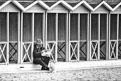 La lettura del giornale (Roybatty63) Tags: bw dog beach cane newspaper blackwhite bn spiaggia biancoenero analogica cabine analogic giornale analogico