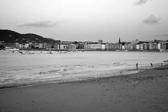 Ondarreta (iRuDiTaN) Tags: city sea bw beach mar ciudad playa antiguo donostia ondarreta hondartza itsasoa hiria