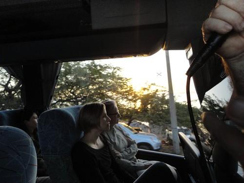 En el bus al atardecer