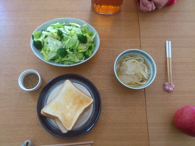 【今日の昼げ.山盛り野菜サラダとトースト】の写真