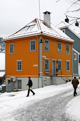 Sydnesgaten (dese) Tags: street schnee winter 2 two house snow colour norway architecture photo gate foto neve deux to neige bergen february sn due zwei kar 2012 sn sne snijeg dva dese  february3 sydnes qar  desefoto sydnesgaten