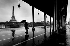 Paris - rainy day (Thomas Bechtle Fotografie) Tags: bridge blackandwhite paris nikon frankreich rainy eiffelturm d800 birhakeim