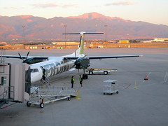 Frontier Airlines with Pikes Peak (96texan) Tags: sunrise airplane airport colorado aviation springs airlines cos lynx frontier turboprop bombardier frontierairlines q400 coloradospringsairport kcos