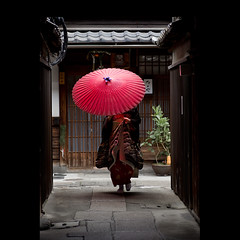 (Masahiro Makino) Tags: japan umbrella photoshop canon eos kyoto maiko adobe    gion tamron 90mm f28  lightroom  60d 20120107143618canoneos60dls640p soldatgettyimagesjuly2012 soldatgettyimagesmay2012