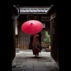 (Masahiro Makino) Tags: japan umbrella photoshop canon eos kyoto maiko adobe    gion tamron 90mm f28  lightroom  60d 20120107143618canoneos60dls640p soldatgettyimagesjuly2012 soldatgettyimagesmay2012